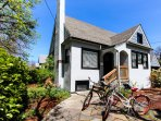 Charming family home w/ fireplace & patio - three blocks from UO & Knight Arena!