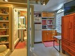 Move freely from the living area into the well-equipped kitchenette.