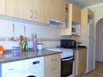 cocina con micro, tostadora, horno grande y pequeño, frigo, lavadora, cafetera y todos los enseres.