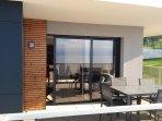 baie vitrée du salon donnant sur la terrasse