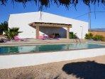 piscina con terraza y hamacas