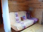 Mezzanine avec canapé lit pour les 7ème et 8ème personnes. Un rideau fait office de séparation.