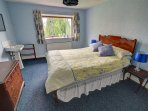 Double bedroom, with sink and traditional style bedroom furniture