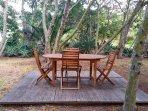 Espaces détente aménagés dans le jardin  (barbecue weber, salons de jardin, hamacs, transats)