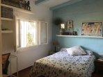 primer dormitorio con cama de matrimonio standard