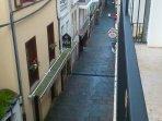 Vista calle abajo desde el balcón