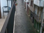 vista calle arriba desde el balcón