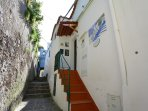 Entrata all'abitazione con scala in cotto  dal sentiero dei limoni