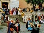 Una delle ricorrenti sfilate storiche nel borgo di Suvereto