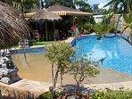 grosser Pool mit Wasserfall ohne Treppe , dadurch auch für ältere, behinderte und Kinder  geeignet