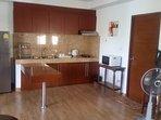 Küche mit Herd , Micro , grosser Kühlschrank und voll eingerichtet.