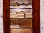 Suite Borgonya Armario con toallas
