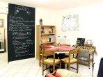 L'ampio soggiorno con le regole della casa e i consigli per gli spostamenti e i luoghi dove mangiare