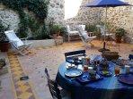 La Maison de Saint Victor - Petit déjeuner sur la terrasse