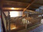 Escaleras y pasamanos en madera de castaño
