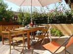 La terrasse entourée du prunier et des rosiers presque centenaires