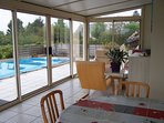 Véranda - coin salon, avec vue sur la piscine