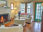 Cozy Artist decorated Cottage, walk to beach, pets Ok,  exceptional environment