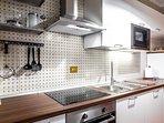 cucina con piano cottura  induzione, forno e microonde, macchinaNESPRESSO, lavastoviglie e lavatrice