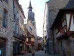 Rue de Léhon dans le vieux Dinan, à 10 minutes de la maison