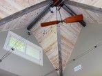 Il soffitto della camera da letto ha magnifici dettagli architettonici.