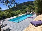 La piscine du Domaine dans son écrin de verdure