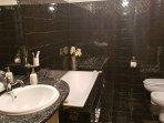 bagno completo, lussuoso e grandissimo