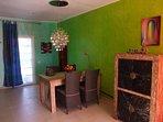 Eingangstüre Esstisch und ganz im Vordergrund ist ein balinesischer Hochzeitsschrank  mit Fernseher