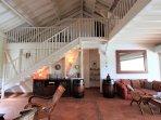 Salon 2 - escalier / mezzanine et accès nuit chambres 1 & 2