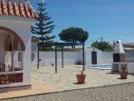 Solarium, porche, barcacoa y piscina privada.