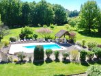 Un parc de 2 hectares avec piscine chauffée de mai à octobre