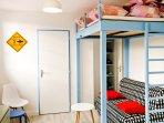 Espace salon avec canapé BZ et mezzanine lit