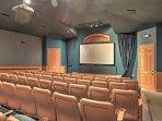 La comunità Windsor Palms offre numerosi servizi in stile resort, tra cui questo teatro 58 posti.