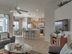 La zona giorno dispone di 2 comodi divani in pelle, una sedia, un ventilatore a soffitto e 50 pollici Smart TV con...