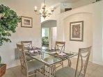 Godetevi i pasti formali a questo bel tavolo da pranzo.