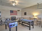 Il garage è stato trasformato in una sala giochi con tavolo compatto multi-gioco, un biliardino, PS1 console per...