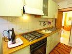 Cucina attrezzata con gas metano frigorifero,stoviglie kettle