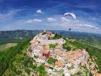 Paragliding spot in Motovun in short distance - image: istraparagliding com