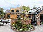 THE GREEN HOUSE, detached cottage, en-suites, woodburner, hot tub, in Sandiway,