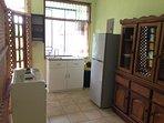 Cocina con implementos y electrodomésticos nuevos .