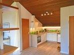 Gut ausgestattete kleine Küche.
