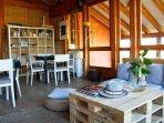 Buhardilla acristalada con mesas de juego y sofás