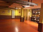 Amplio garaje con biblioteca y mesa de Ping pong