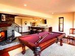 Sala giochi con bar, camino e tavolo da biliardo.