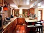 La cucina è completamente attrezzata con tutte le pentole, padelle, piatti, bicchieri, utensili necessari.