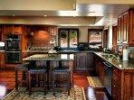 Spaziosa cucina con ampio spazio bancone e ha tutti gli elementi essenziali.