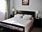 Dormitorio principal con baño,  tv y aire acondicionado