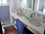 Baño con ducha de facil acceso  para niños y mayores