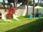 Jardín trasero con mesa y seis sillas