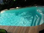 La piscine de plain-pied avec la terrasse